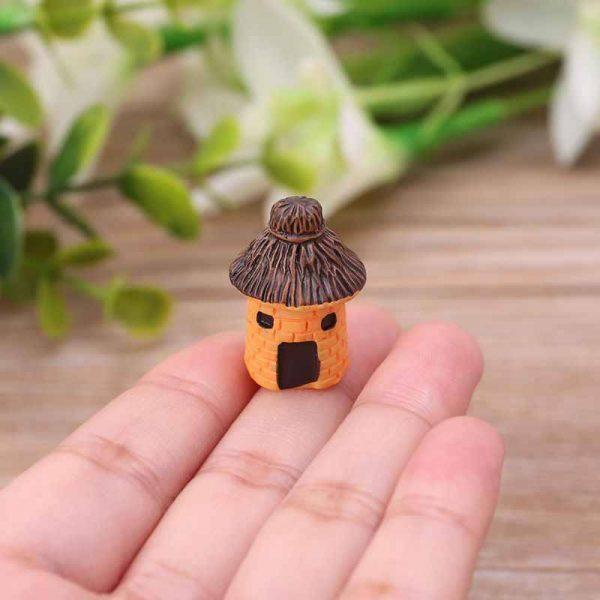 Домик с «соломенной» крышей декоративный