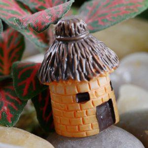 Домик из камня с соломенной крышей декоративный